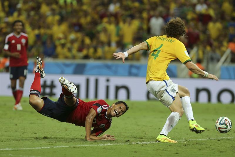 El delantero colombiano Carlos Bacca (i) cae derribado dentro del área durante el partido Brasil-Colombia. Foto: EFE