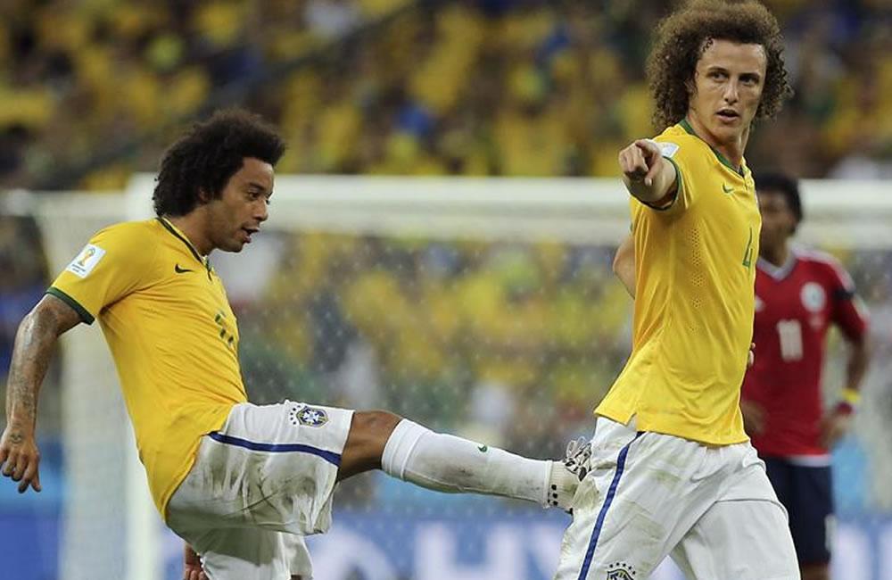El defensa brasileño David Luiz (d) celebra con su compañero Marcelo (i) el gol marcado ante la selección colombiana. Foto: EFE