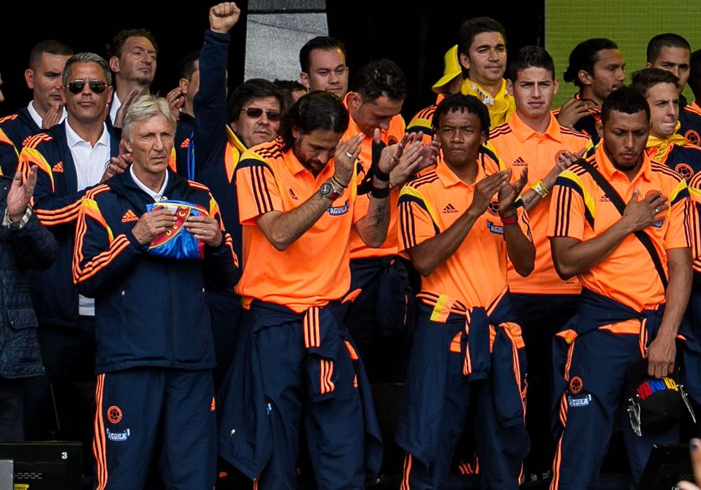 El DT de Colombia, José Pékerman (i), junto a sus jugadores, durante el recibimiento realizado al equipo ante miles de personas en el Parque Simón Bolivar Bogotá. Foto: EFE