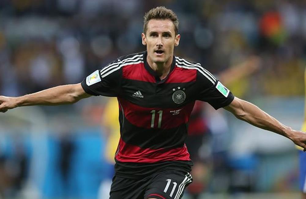 El delantero alemán Miroslav Klose celebra el gol marcado ante Brasil. EFE