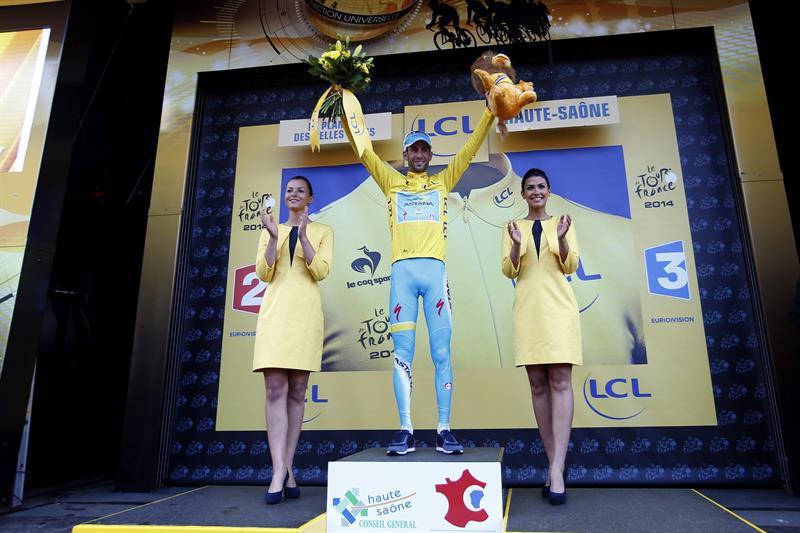 El ciclista italiano del Astana, Vincenzo Nibali, celebra en el podio el liderato de la clasificación. Foto: EFE