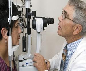 ¿Cuándo debe usted visitar a un optómetra o un oftalmólogo?