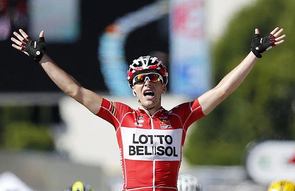 El ciclista francés del equipo Lotto Belisol, Tony Gallopin, celebra su victoria al cruzar la meta de la 11º etapa. Foto: EFE