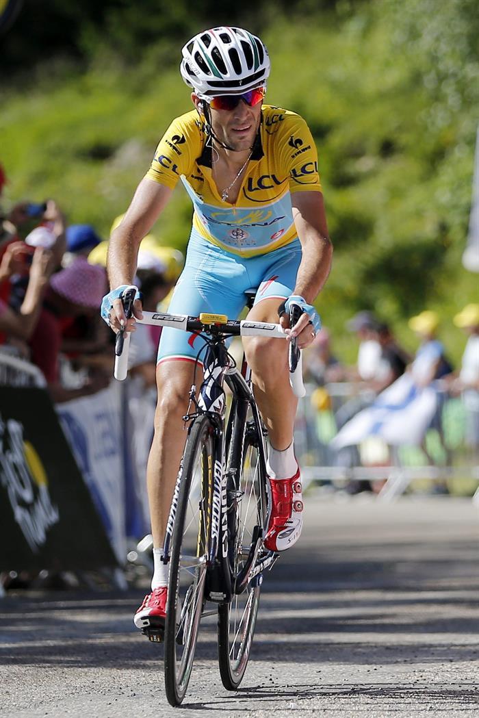 El líder de la clasificación general, el italiano Vicenzo Nibali (Astana), en acción. Foto: EFE