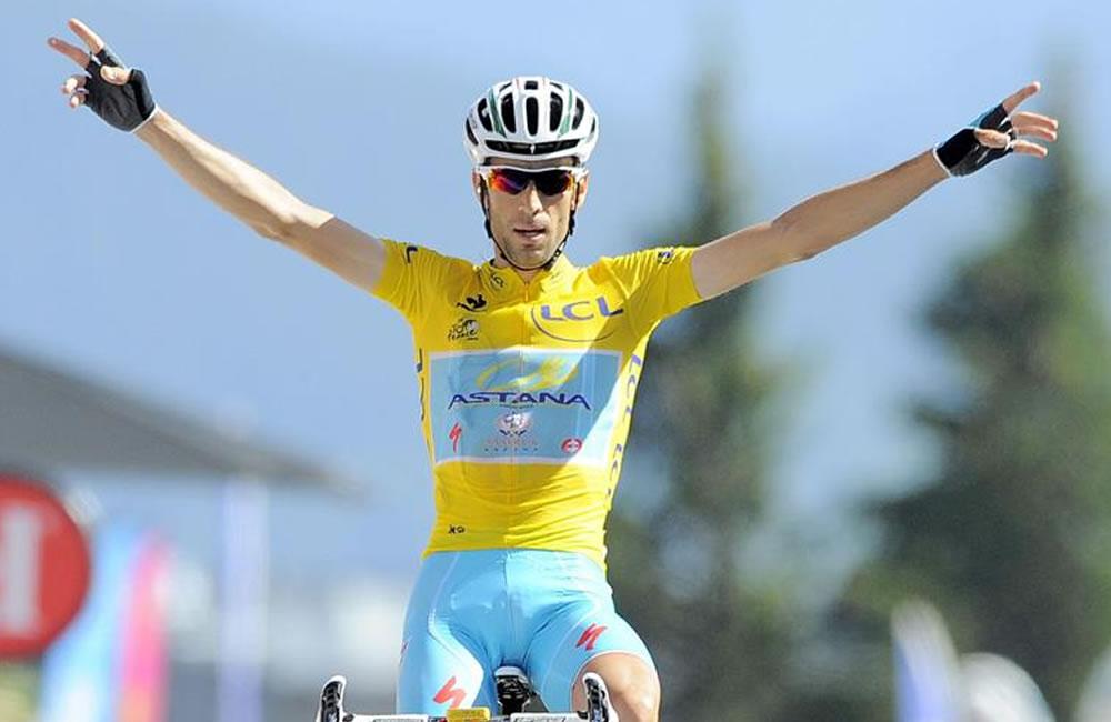 El líder de la clasificación general, el italiano Vicenzo Nibali (Astana), se proclama vencedor de la decimotercera etapa. Foto: EFE