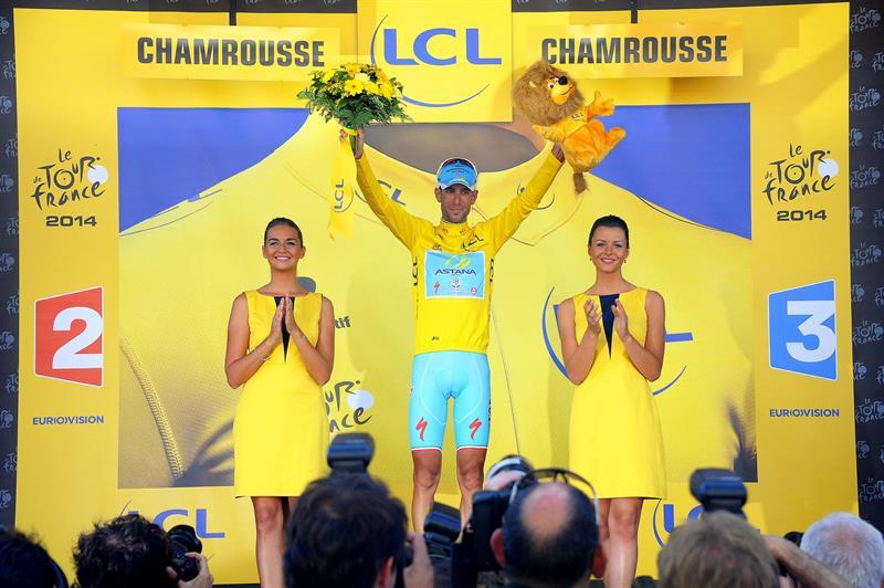 El líder de la clasificación general, el italiano Vicenzo Nibali (Astana) (c), celebra en el podio su victoria. Foto: EFE