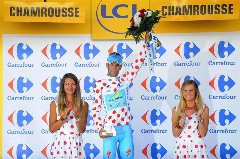 El líder de la clasificación general, el italiano Vicenzo Nibali (c), del equipo Astana. Foto: EFE
