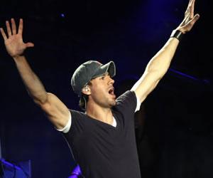 Enrique Iglesias y Romeo Santos arrasan en los Premios Juventud
