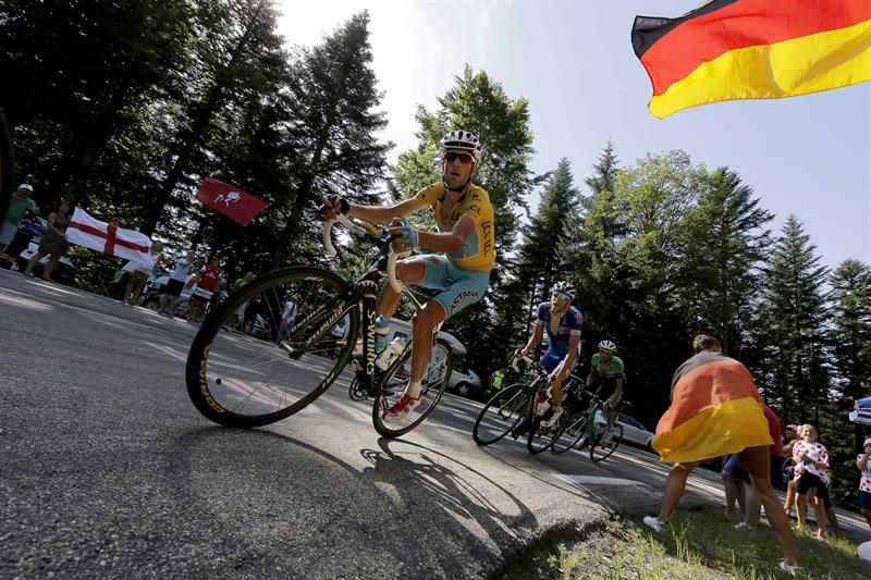 El líder de la clasificación general, el italiano Vicenzo Nibali (Astana) (i), en acción. Foto: EFE