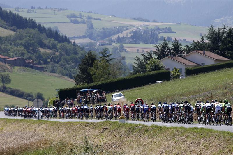 El pelotón participa en la 13ª etapa del Tour. Foto: EFE
