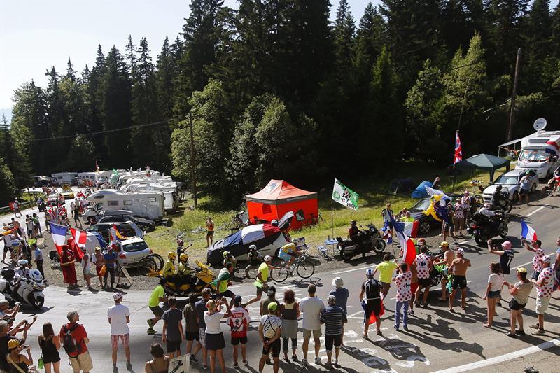 El líder de la clasificación general, el italiano Vicenzo Nibali (Astana) (c), en acción durante la decimotercera etapa. Foto: EFE