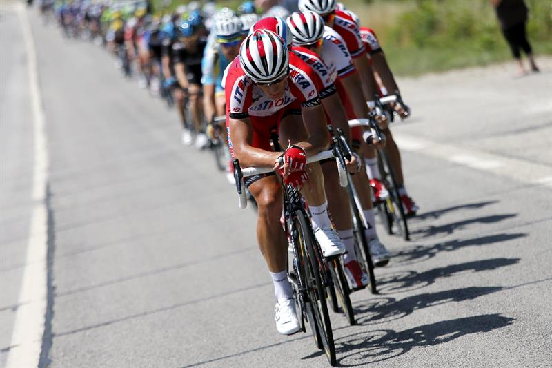 El pelotón en acción durante la decimotercera etapa del Tour. Foto: EFE