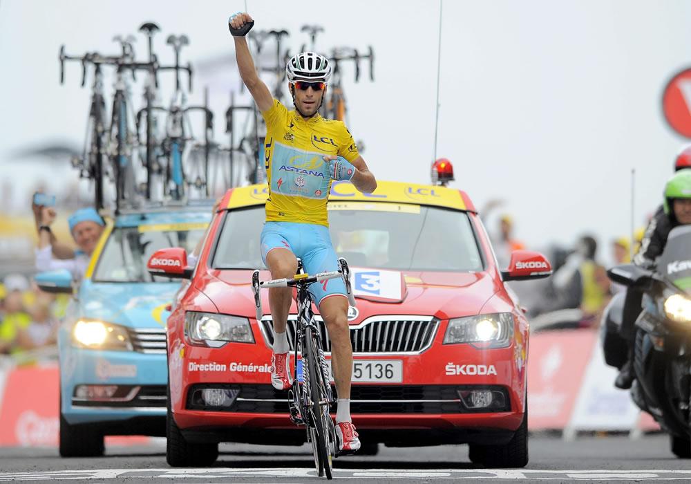El líder de la clasificación general, el italiano Vincenzo Nibali del equipo Astana, celebra su victoria tras cruzar la meta. Foto: EFE