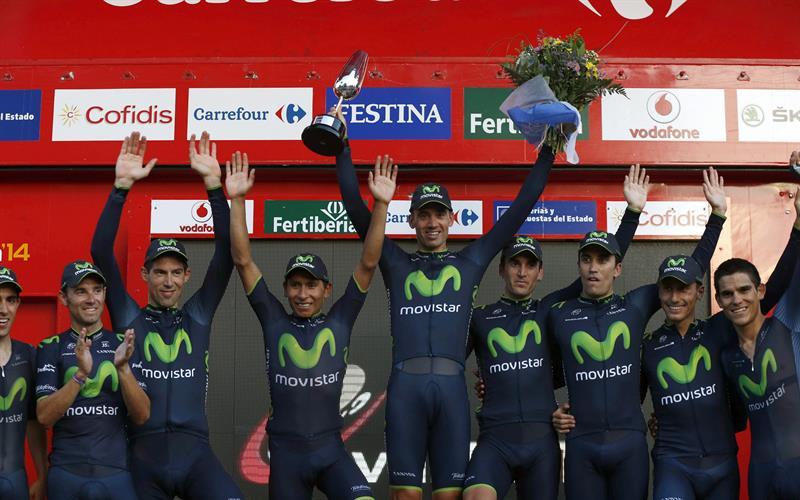 - El español Jonathan Castroviejo (c), primer líder de la Vuelta. EFE