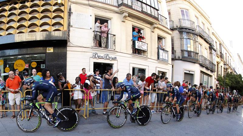 Los ciclistas del Movistar, que se ha proclamado vencedor, durante la primera etapa. EFE