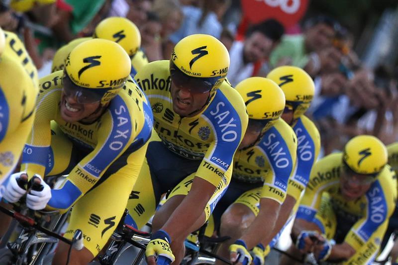Los ciclistas del Tinkoff-Saxo, de Alberto Contador, durante la primera etapa. Foto: EFE