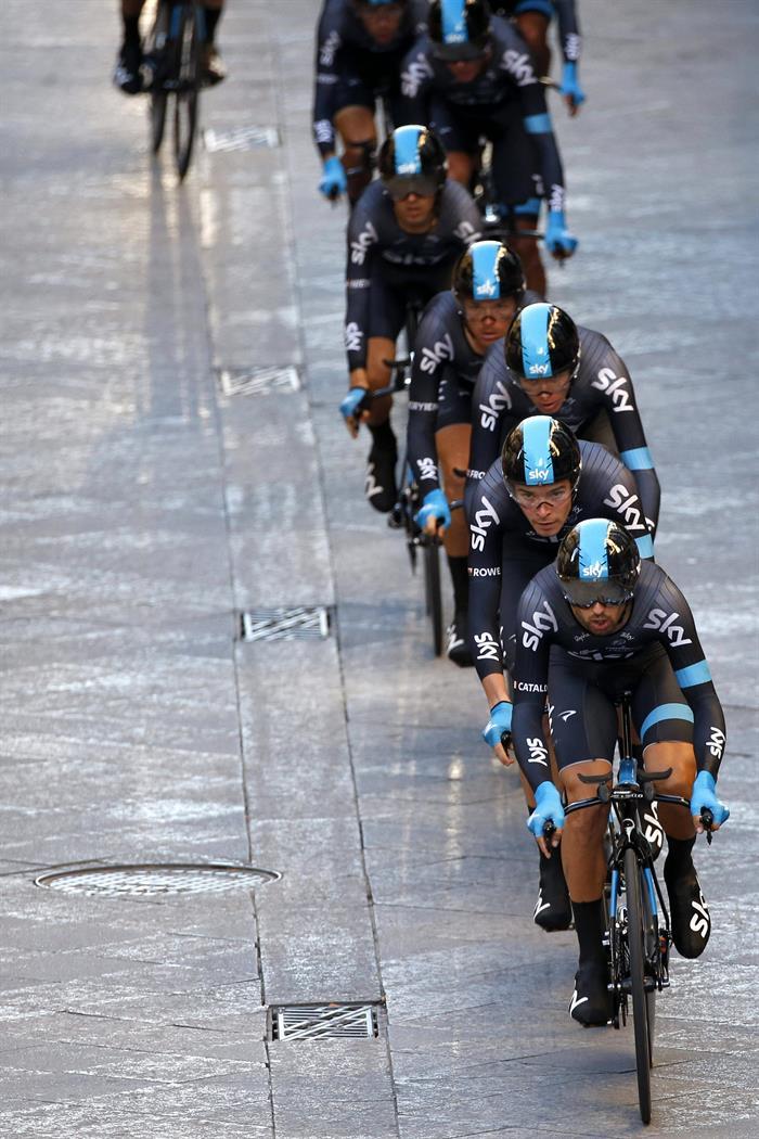 Los ciclistas del Sky, del británico Chistopher Froome (tercero), durante la primera etapa. Foto: EFE