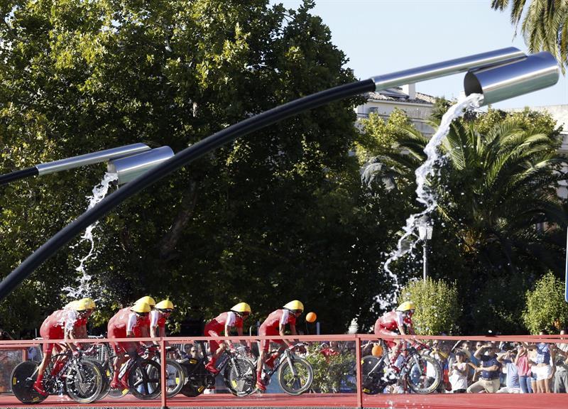 Los ciclistas del equipo Cofidis, durante la primera etapa de la Vuelta a España. Foto: EFE