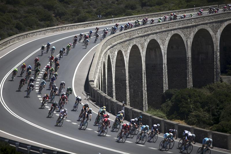El pelotón a su paso por el viaducto entre Algeciras y Tarifa durante la segunda etapa. EFE