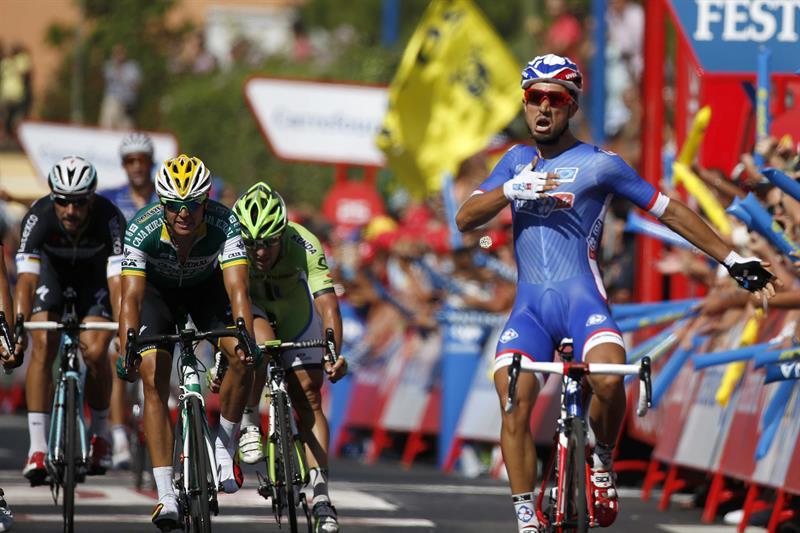 El ciclista francés Nacer Bouhanni, del equipo La Francaise des Jeux, se proclama vencedor de la segunda etapa. EFE