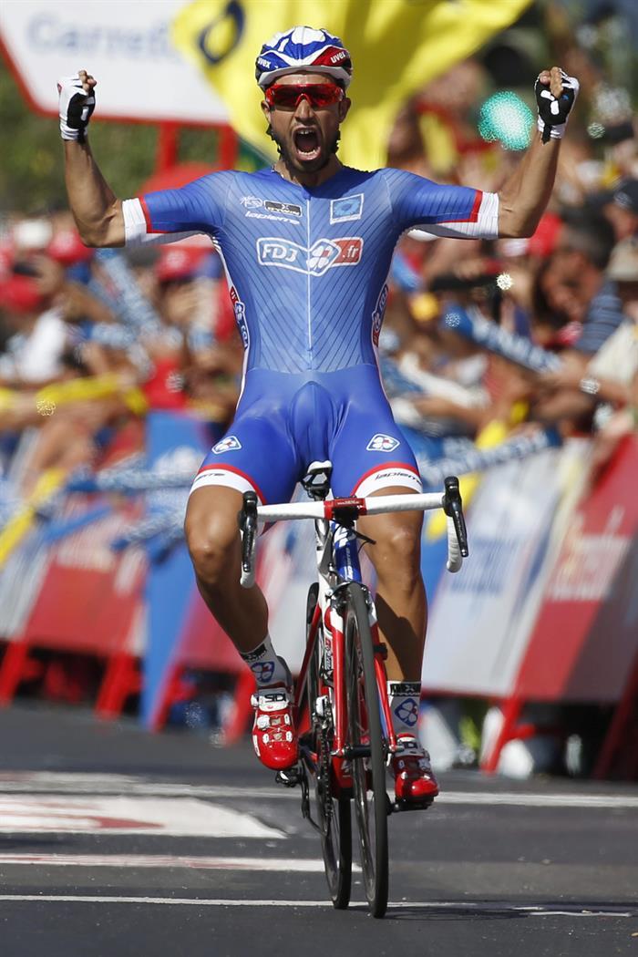 El ciclista francés Nacer Bouhanni, del equipo La Francaise des Jeux, se proclama vencedor de la segunda etapa . EFE