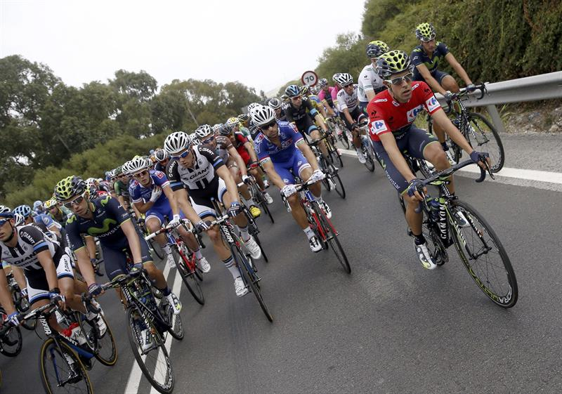 Los ciclistas,durante la segunda etapa . EFE