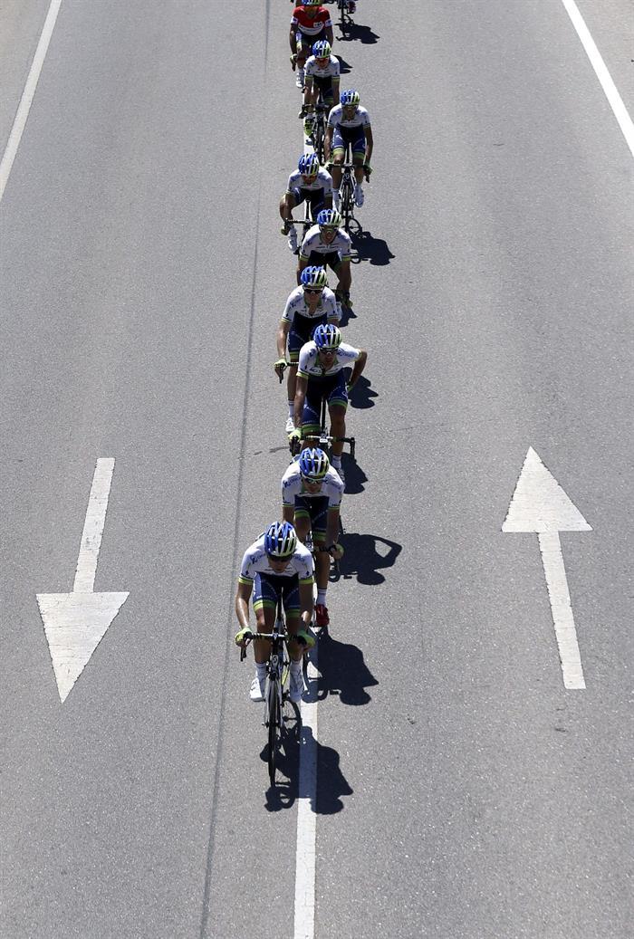 El pelotón durante la cuarta etapa de La Vuelta Ciclista. Foto: EFE