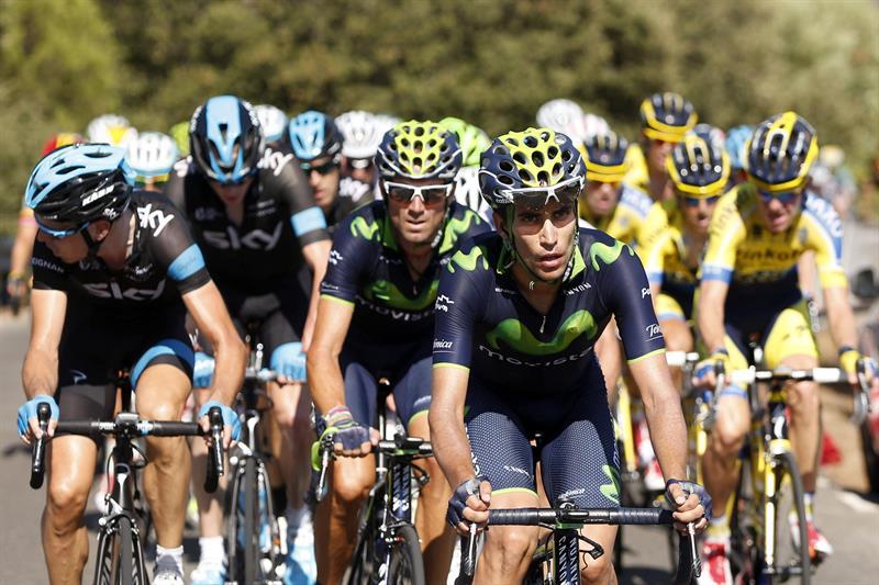 Ciclistas de Movistar encabezan el pelotón durante la cuarta etapa. Foto: EFE