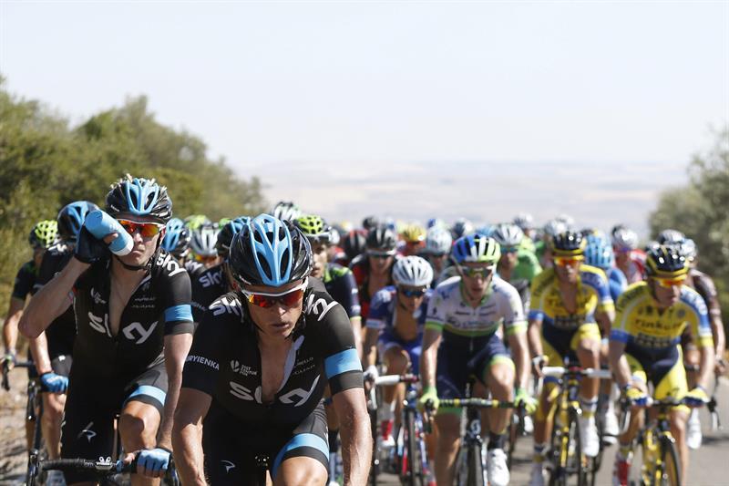 Ciclistas del Sky encabezan el pelotón durante la cuarta etapa. Foto: EFE