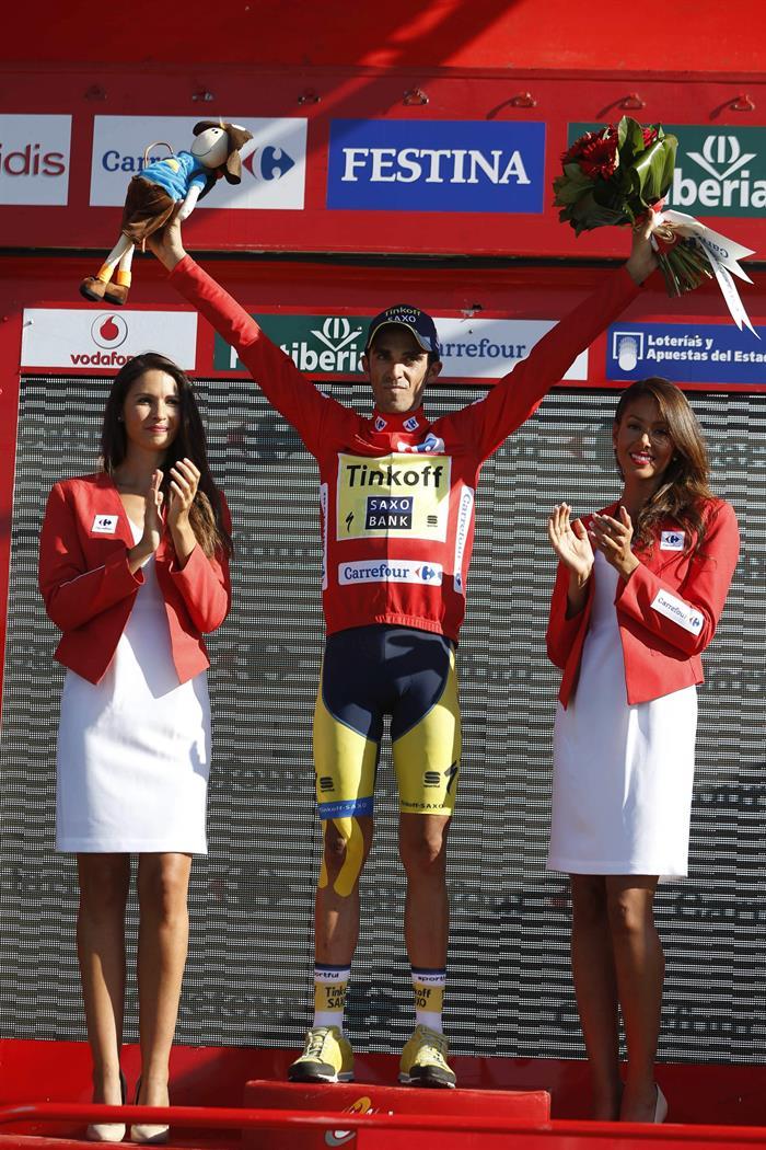 El ciclista Alberto Contador (Tinkoff) en el podio tras enfundarse el maillot rojo de líder al finalizar la contrarreloj. EFE