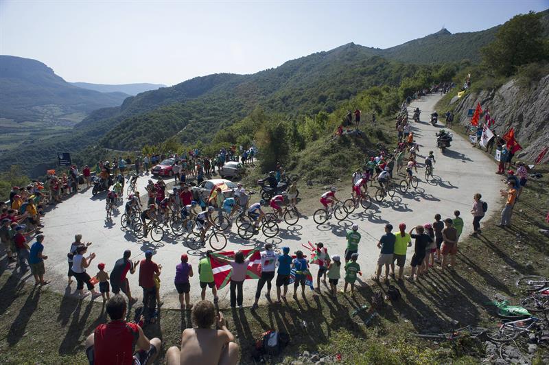 El pelotón durante la undécima etapa de la Vuelta Ciclista. EFE