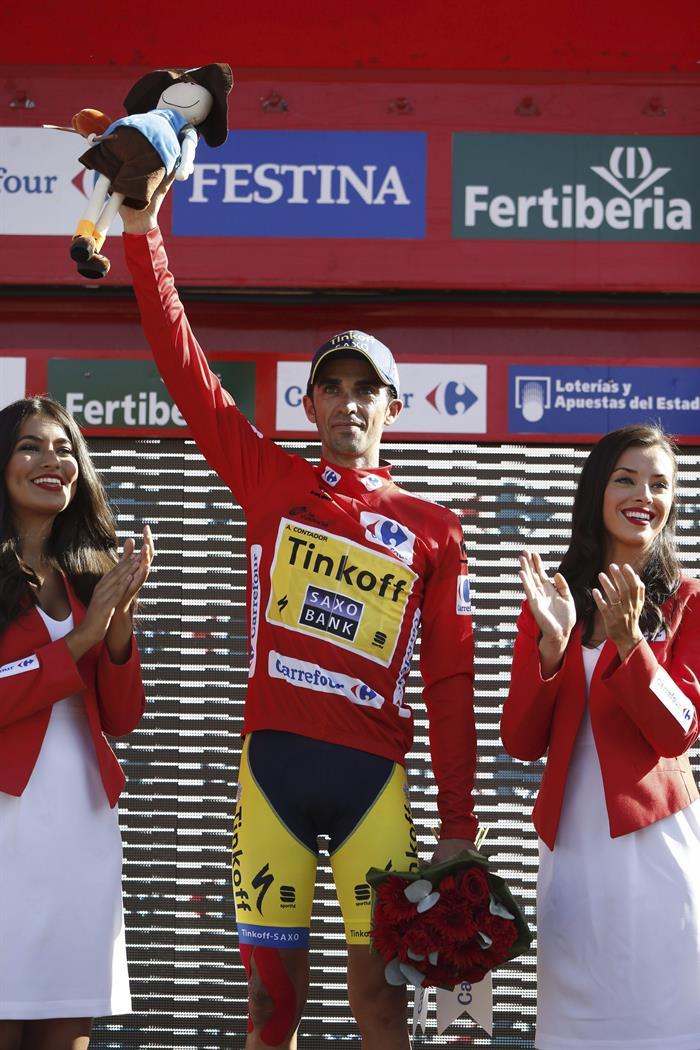 El ciclista del equipo Tinkoff Saxo, Alberto Contador, en el podio con el jersey rojo de líder . EFE