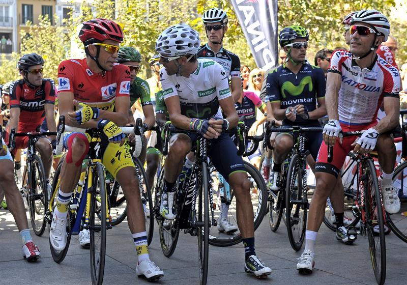 El actual líder de la Vuelta, Alberto Contador (i), conversa con Alejandro Valverde (c). EFE
