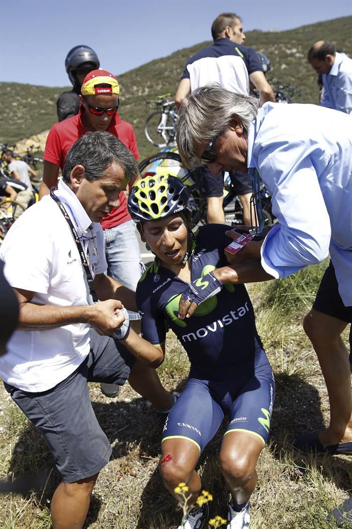 El colombiano Nairo Quintana (c) ha abandonado la Vuelta. EFE
