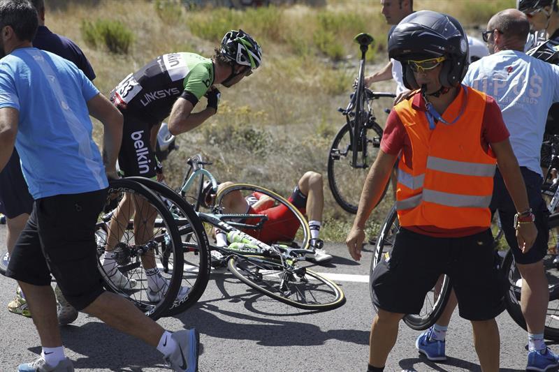 El colombiano Nairo Quintana (centro, en el suelo) ha abandonado la Vuelta. EFE