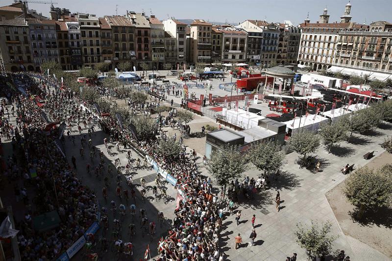 Vista general de la Plaza del Castillo de Pamplona con el pelotón a punto de comenzar la decimo primera etapa . EFE