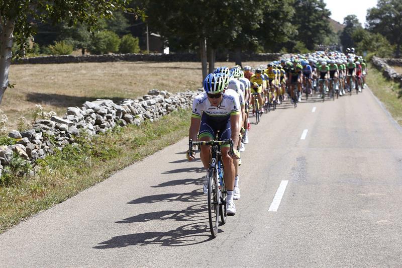 El pelotón durante la decimotercera etapa de la Vuelta Ciclista. EFE