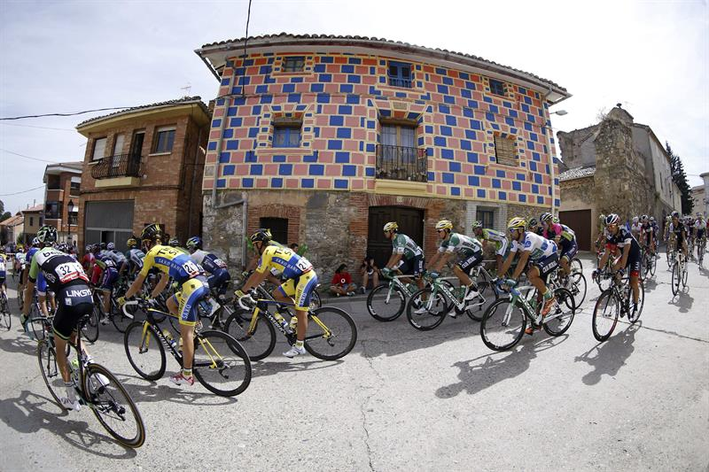 El pelotón al inicio de la decimotercera etapa de la Vuelta Ciclista. EFE