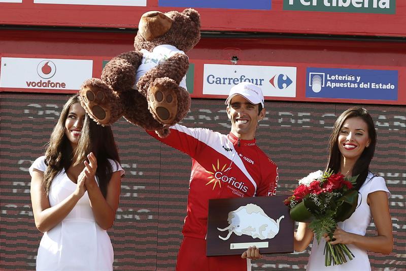 El ciclista español del equipo Cofidis Daniel Navarro en el podio tras conseguir la victoria en la decimotercera etapa. EFE