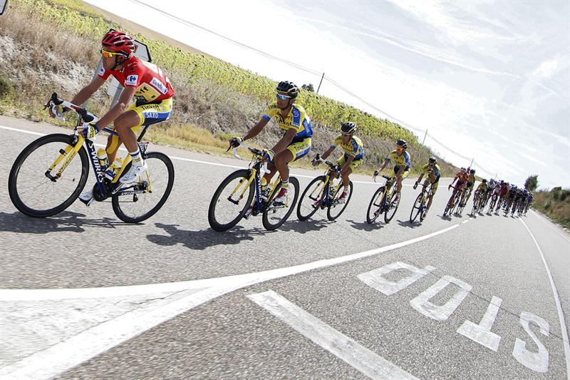 El ciclista español del Tinkoff Saxo y líder de la clasificación general, Alberto Contador (i). EFE