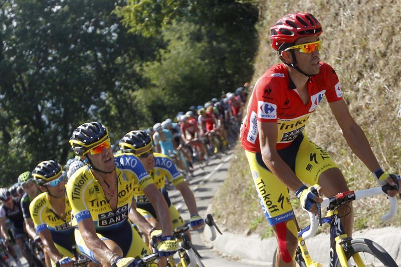 El ciclista español del Tinkoff Saxo y líder de la clasificación general, Alberto Contador (d). EFE