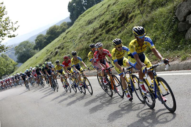 El pelotón durante la decimocuarta etapa de la Vuelta. EFE
