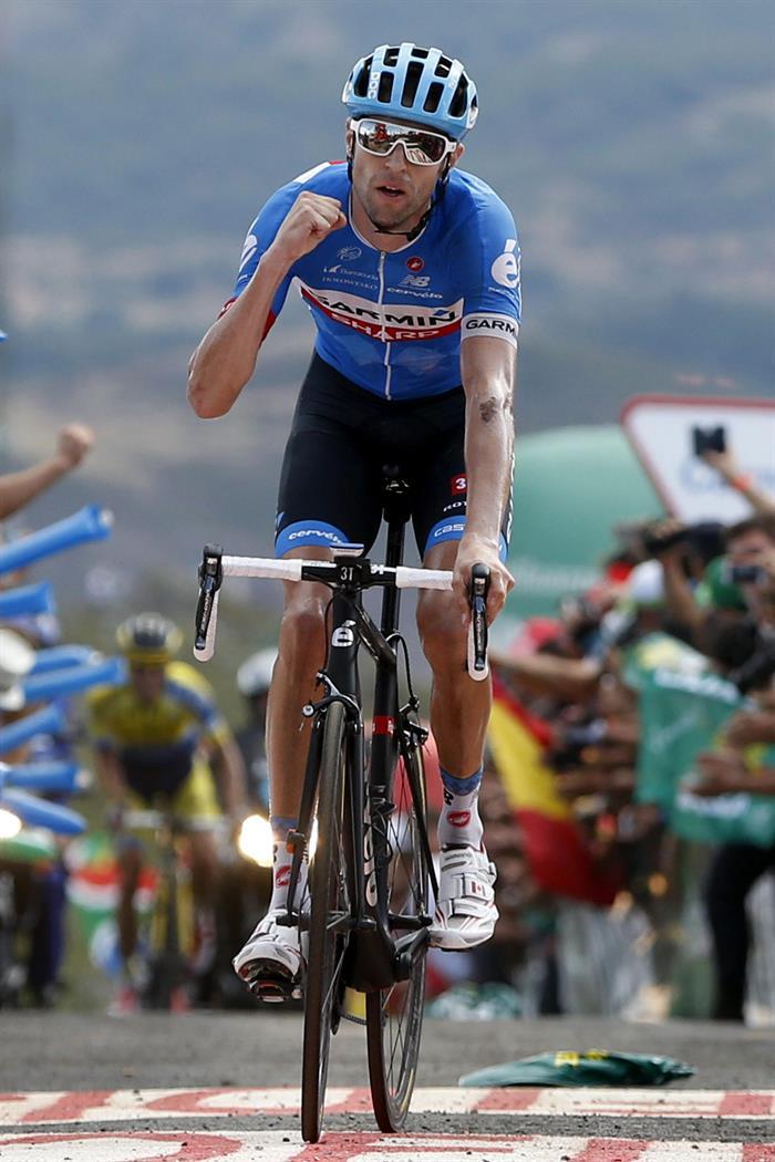 El ciclista canadiense del equipo Garmin Sharp, Rider Hesjedal, se proclama vencedor de la decimocuarta etapa . EFE