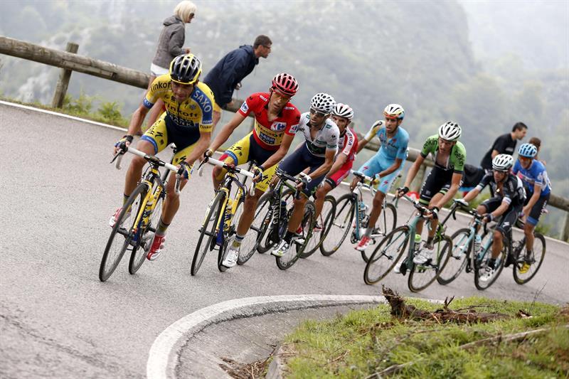El grupo de favoritos, con el ciclista madrileño del equipo Tinkoff Saxo, Alberto Contador. Foto: EFE