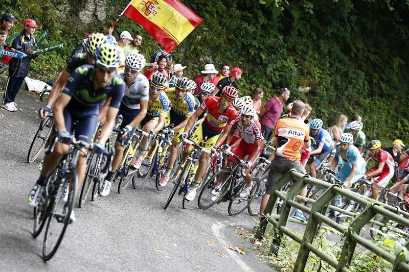 El pelotón durante la decimo quinta etapa de la Vuelta Ciclista. EFE