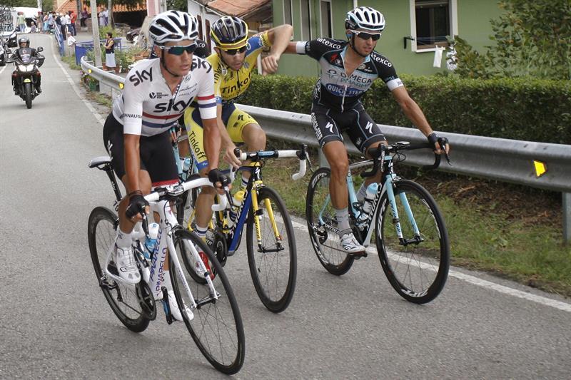 Los ciclistas Ivan Rovny (c), del equipo Tinkoff Saxo, y Gianluca Brambilla . EFE