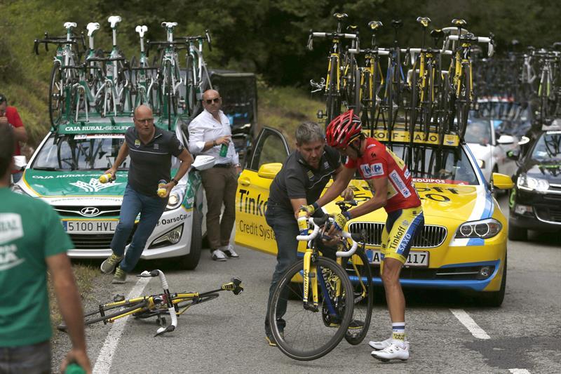 El ciclista español del equipo Tinkoff Saxo, Alberto Contador, cambia de bicicleta durante la decimosexta etapa. EFE