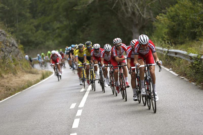 El pelotón durante la decimosexta etapa de la Vuelta . EFE