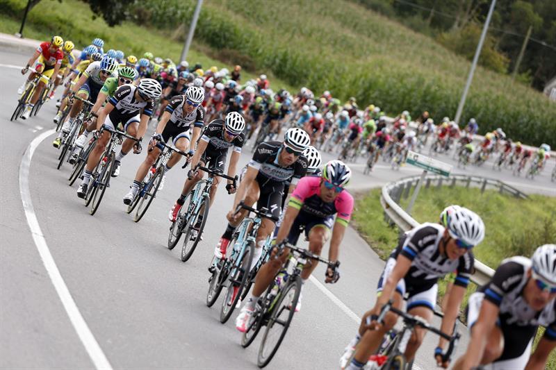 El pelotón durante la decimoséptima etapa de la Vuelta Ciclista. EFE