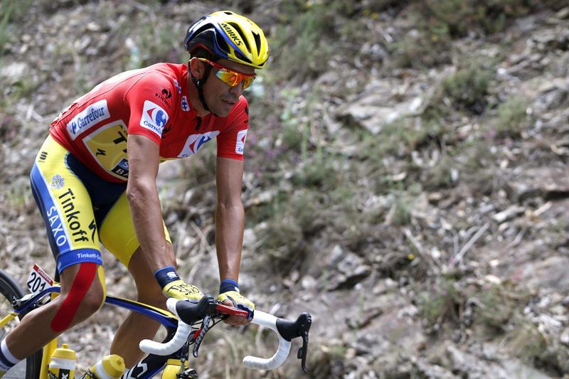El ciclista español del equipo Tinkoff Saxo y líder de la clasificación general, Alberto Contador, durante la decimoséptima etapa. Foto: EFE